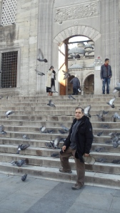 2013 yil. 10 dekabr. Istanbul.Eminonu.Yeni jami yonida. E'tibor qiling, endi eshik ochiq.
